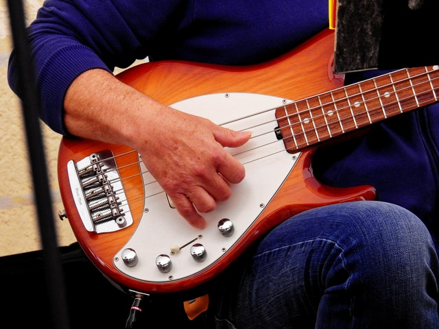 5 נגני הבס הטובים שהתחילו בכלל בלימודי גיטרה
